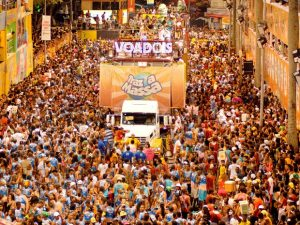 The Contagious Salvador Carnival and the Difference for the Rio's Carnival