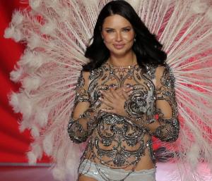 Com Muita Emoção, a Top Brasileira Adriana Lima se Despede dos Desfiles da Victoria's Secrets